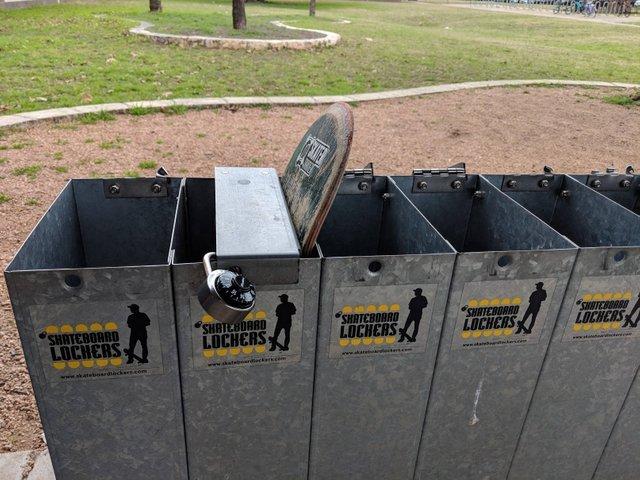 Шкафчики для скейтбордов в школе
