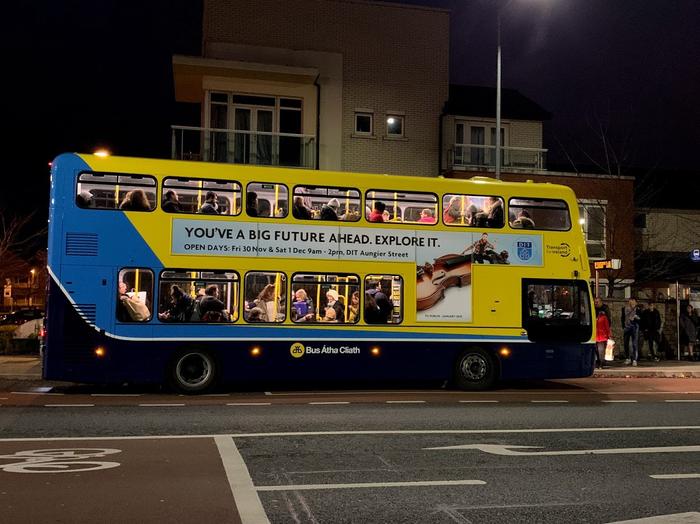 Трогает рукой в общественном транспорте видео, дрочит парню
