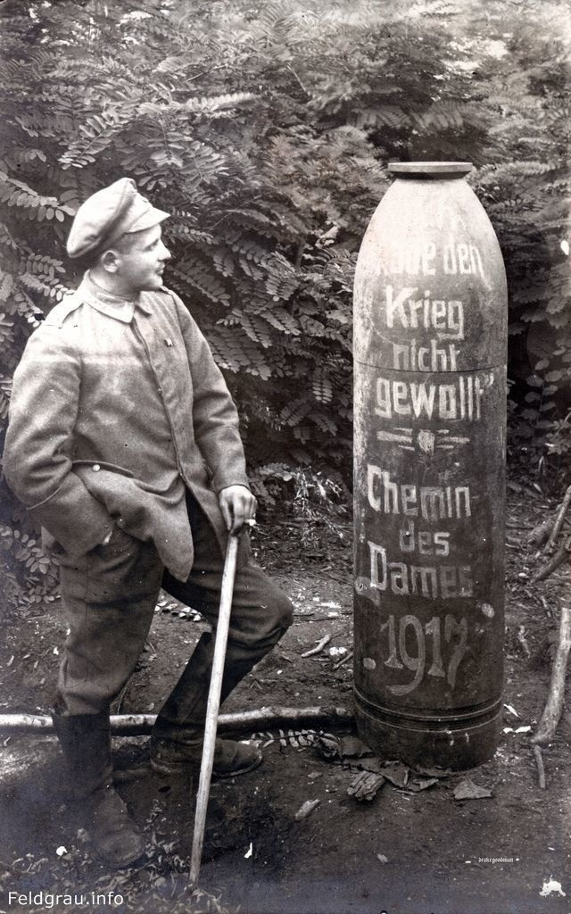 Немецкий солдат рядом со снарядом с надписью «Я не хотел войны», Шеми-де-Дам, Франция, 1917 год