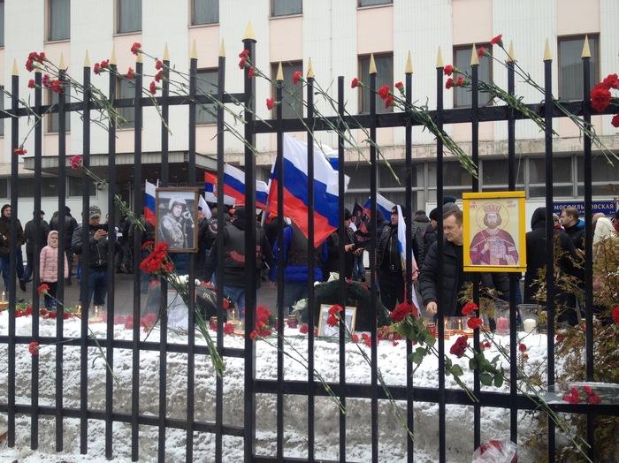 Сегодня к посольству Сербии в Москве приносят цветы в память о жертвах бомбардировок НАТО 1999 года. Длиннопост, Сербия, Югославия, НАТО, Общество, История, Бомбардировка, Война
