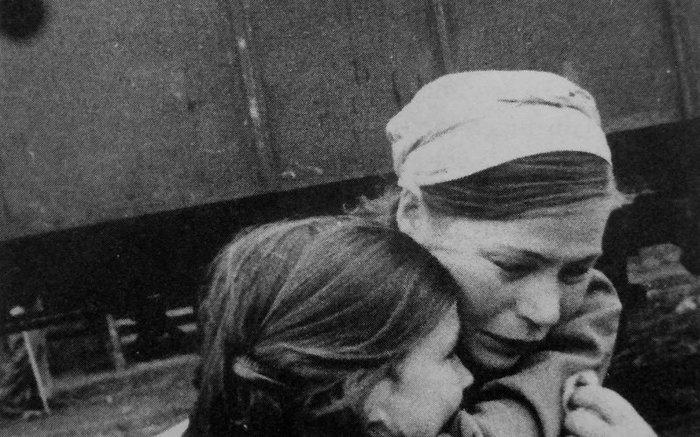 Мать прощается с дочерью перед эвакуацией детей из Ленинграда.