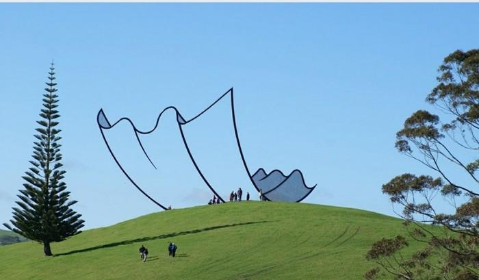 В Новой Зеландии есть гигантская скульптура, которая создаёт иллюзию мультяшного листа бумаги на вершине холма Новая Зеландия, Скульптура, Фотография, Мультяшный стиль, Reddit, Gibbs Farm