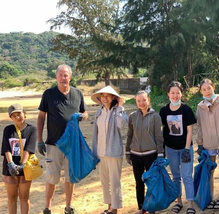Джереми Кларксон, в перерыве съемок передачи The Grand Tour, помогает убирать мусор на одном из пляжей Вьетнама. Джереми Кларксон, The Grand Tour, Длиннопост