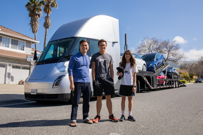 Электрофура Tesla развозит новые электромобили Tesla покупателям Tesla. Tesla, США, Электромобиль, Технологии, Электричество, Транспорт, Новости, Spacex, Видео, Длиннопост