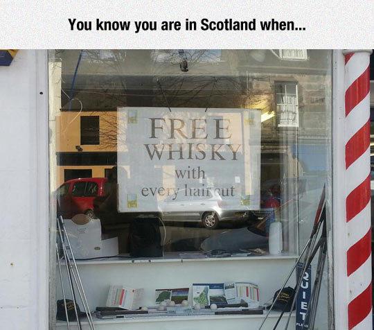 """Ты знаешь, что ты в Шотландии, когда видишь это: """"Бесплатный виски при каждой стрижке волос"""""""