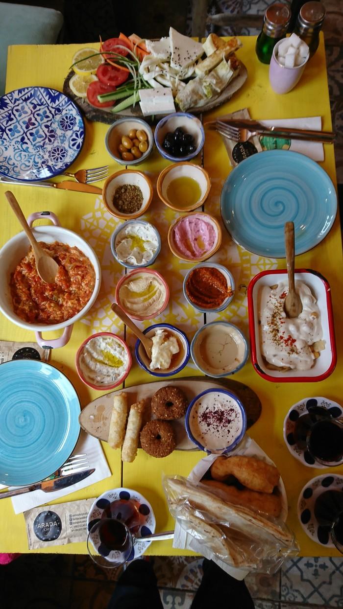 Утренний завтрак в ливанском кафе Arada, Стамбул