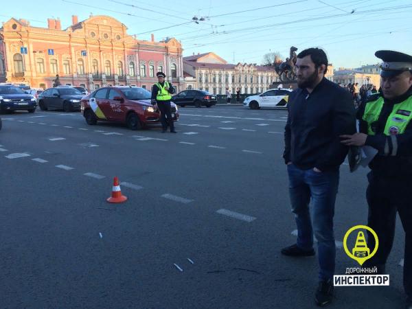 Лихач  на чужом BMW сбил людей на тротуаре в центре Санкт-Петербурга ДТП, Санкт-Петербург, Тротуар, Летчик, На красный, Пешеход, Видео, Длиннопост, Негатив