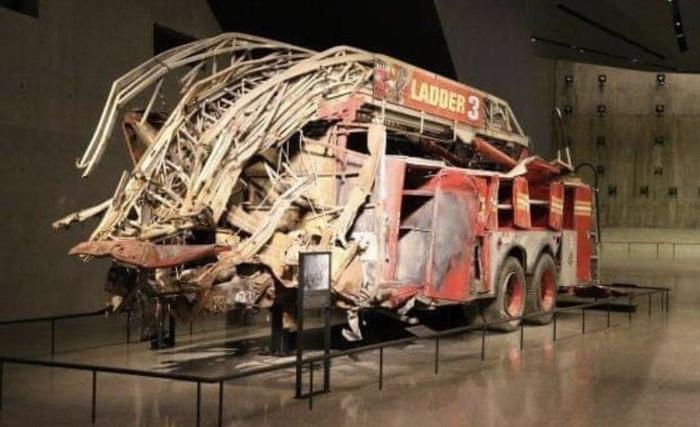 Одна из первых пожарных машин, которая тушила Башни Близнецы 11 сентября