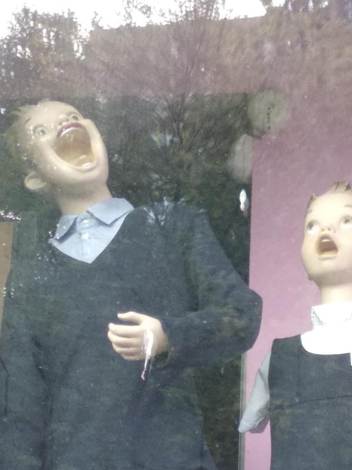 Ничего особенного, просто манекены в витрине детского магазина) Манекен, Странности, Дети, Магазин, Крипота, Треш, Наблюдение, Длиннопост