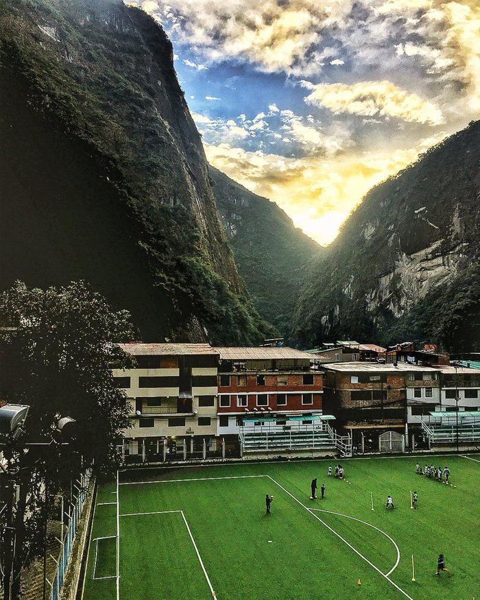 Футбольное поле в Перу Спорт, Футбол, Перу, Мачу-Пикчу, Горы, Красивый вид, Длиннопост