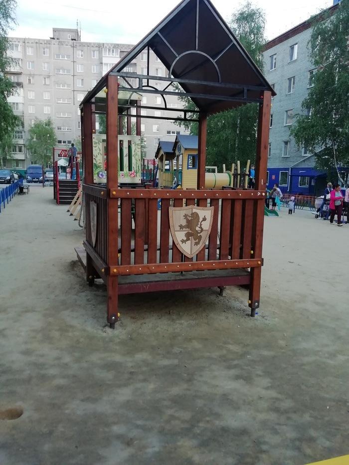 Похоже эту часть детской площадки захватили ланнистеры.