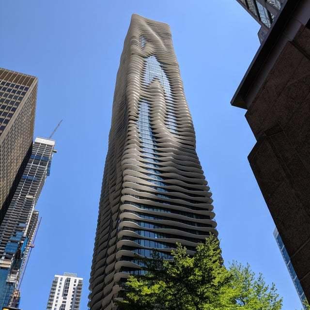 Здание в Чикаго похoже на вертикальные лужи