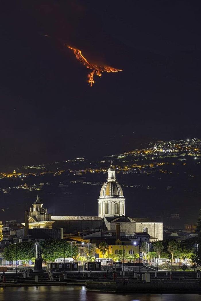 Лава вулкана Этна создает огненного орла