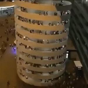 Люди покидают стадион по спиральной колонне. И кажется, что она движется 0_0