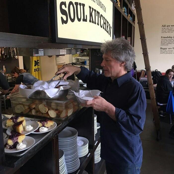 Джон Бон Джови открыл два ресторана-люди без денег могут есть там бесплатно Джон Бон Джови, John bon jovi, Благотворительность, Длиннопост