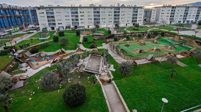 Детская площадка провалилась в паркинг Происшествие, Испания, Европа, Фотография, Длиннопост