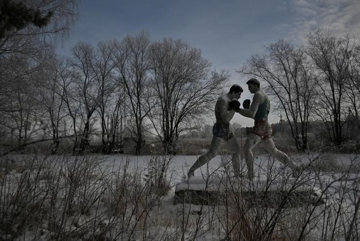 Скульптура боксеров в заброшенном лагере в Чернолучье, Омская область