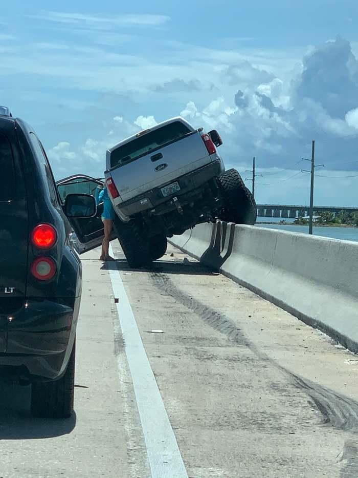 Девушка пытается уговорить свой внедорожник не совершать самоубийство и не прыгать вниз с 15-метрового моста