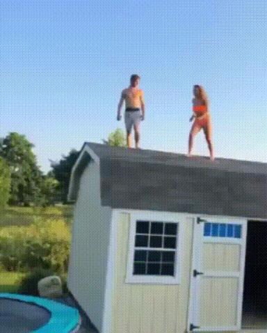 Невероятно эффектный прыжок в бассейн с крыши через батут Бассейн, Батут, Прыжок, Девушки, Эффектно, Fail, Reddit, Гифка, Видео