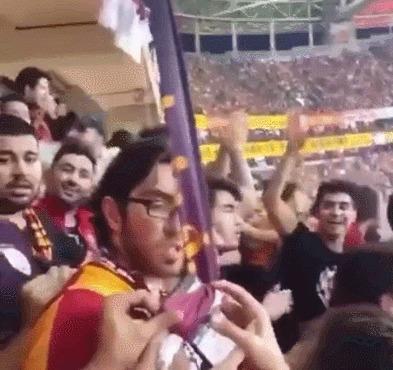 Во время футбольного матча фанат уронил свой телефон, ему его вернули
