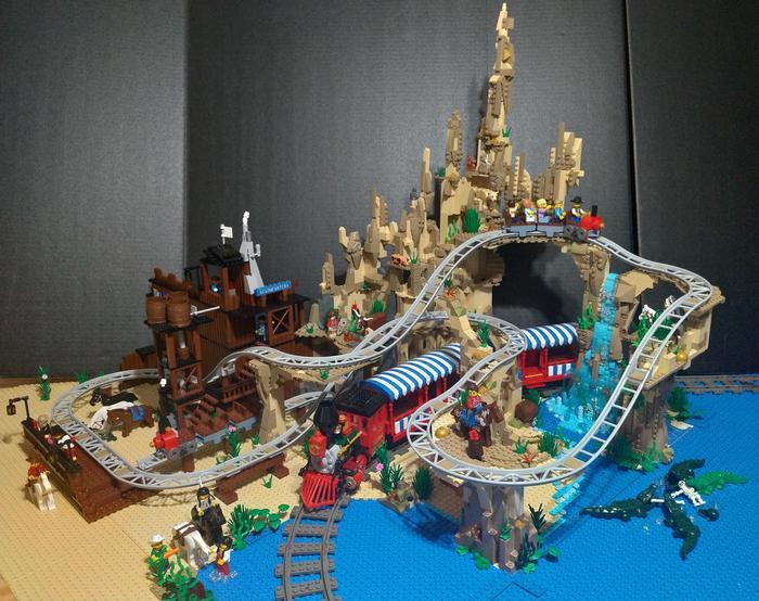 Шикарный парк аттракционов с железной дорогой и крутыми американскими горками из Lego
