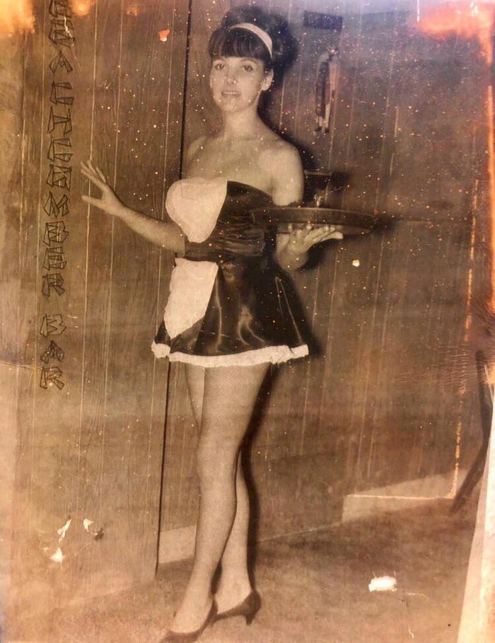 """""""США, 1960-е. Моя бабушка работала официанткой в баре, но дедушка почему-то был не рад её униформе"""""""