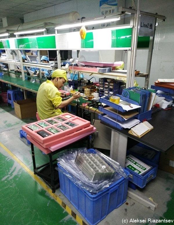 Китаец работает на конвейере норийные транспортеры