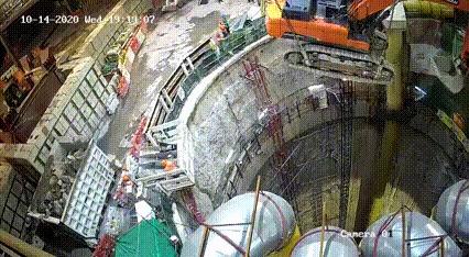 Полет в бездну: в Гонконге экскаватор сорвался с крана во время его спуска в шахту тоннеля.К счастью, никто не пострадал Стройка, Экскаватор, Тоннель, Падение, Происшествие, Китай, Гонконг, Шахта, Фотография, Полет, Техника безопасности, Гифка, Видео
