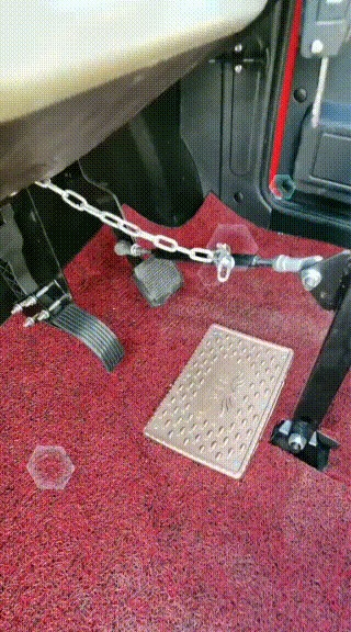Как управлять авто без ног? Вот так: