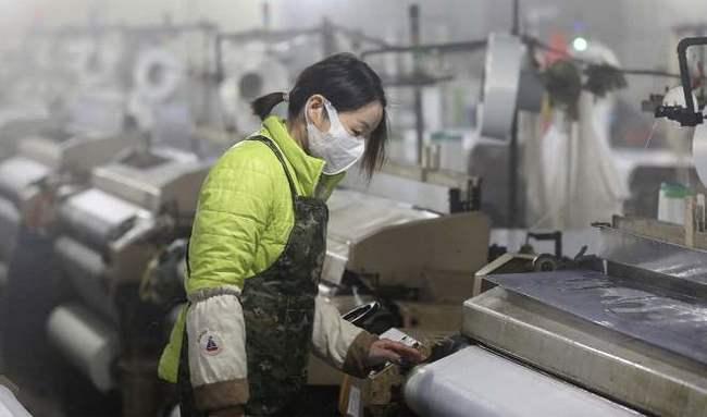китаец работает на конвейере