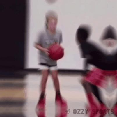 Белая девчонка уничтожает самооценку темнокожему пацану Спорт, Баскетбол, Один на один, Девочка, Дриблинг, Гифка
