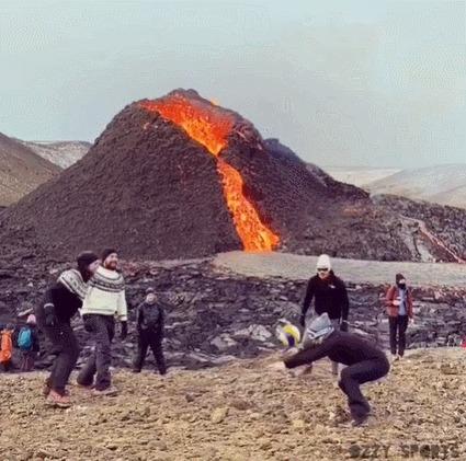 Ничего необычного, просто Исландия Спорт, Волейбол, Вулкан, Вулкан Фаградальсфьядль, Пофигизм, Гифка