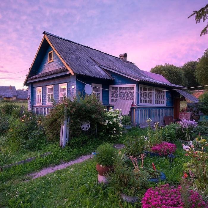 Домик в деревне за минуту до захода солнца