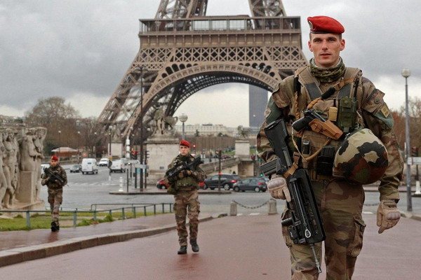 Более ста тысяч человек поддержали обращение военных к властям Франции Франция, Мигранты, Политика