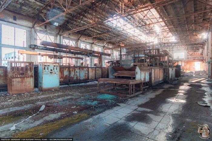 """Заброшенный """"завод Боржоми"""". Оказывается, теперь бутылки для минералки покупают в Турции, а своё производство в руинах"""