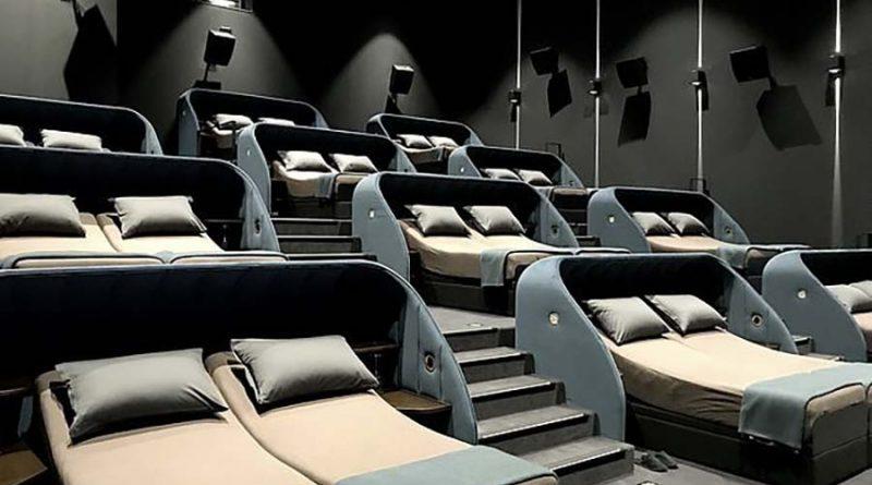 В Швейцарии открылся кинотеатр с двуспальными кроватями вместо кресел