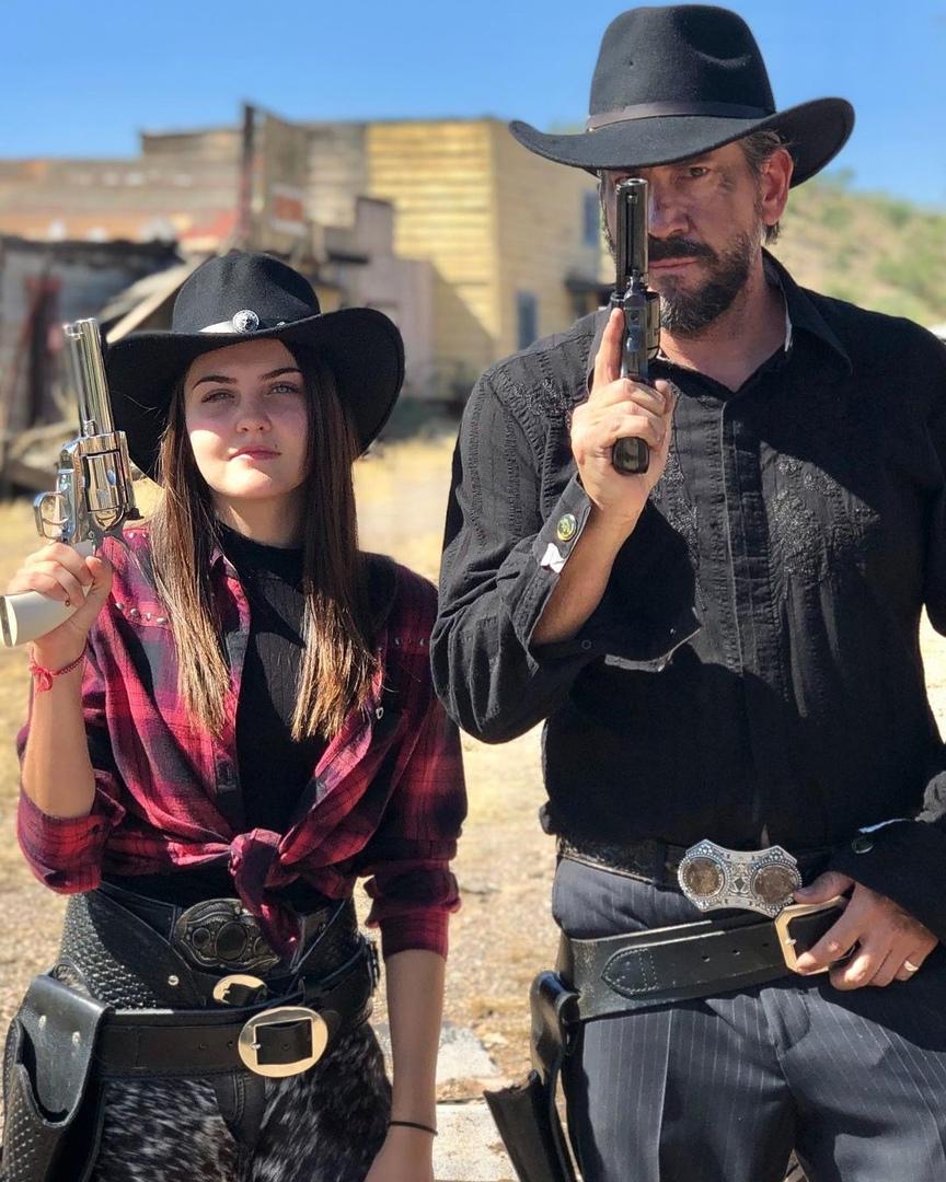 Дочка жопой спасает отца-преступника от полицейского
