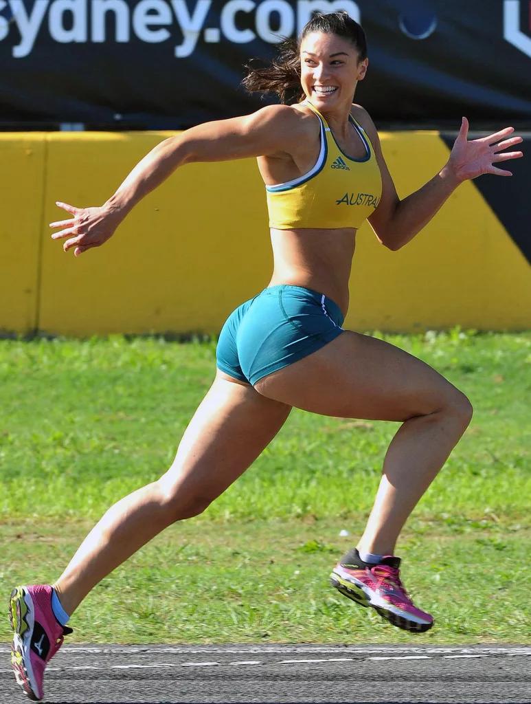 Бегунья на стадионе занимается тренировкой в голом виде